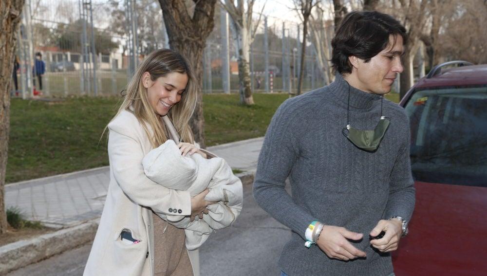 María Pombo y Pablo Castellano llegan con su hijo recién nacido a casa