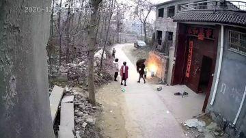 Una madre salva a sus hijos de una bola de fuego después de que su padre los incendiara accidentalmente