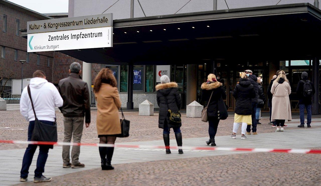 Larga cola para vacunar en Alemania