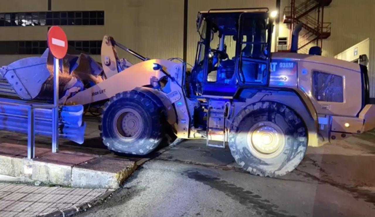 Destroza con una excavadora 50 vehículos de Mercedes Benz