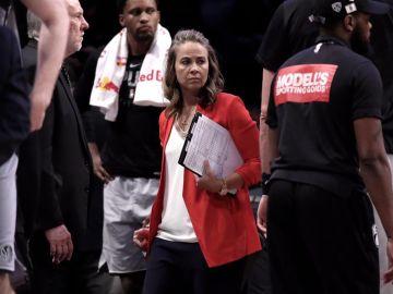 Becky Hammon hace historia en la NBA y se convierte en la primera mujer en dirigir a un equipo