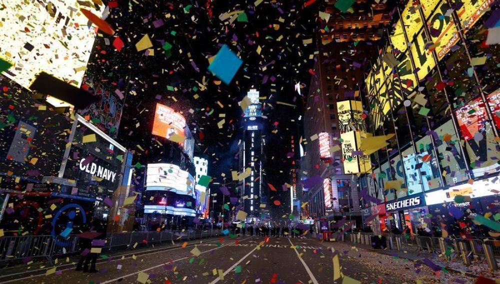Times Square da la bienvenida al 2021 sin gente