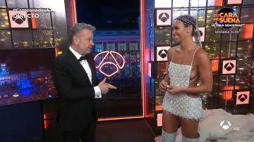 Cristina Pedroche da la bienvenida al 2021 con un abrigo edredón y un vestido en forma de mascarilla