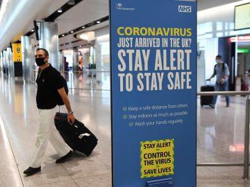Un viajero con mascarilla en un aeropuerto de Reino Unido