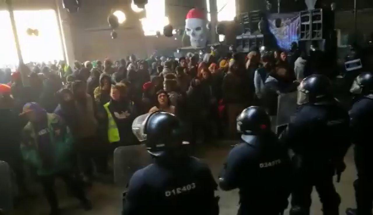 Antena 3 Noticias accede al interior de la 'rave' ilegal de Barcelona en pleno desalojo de los Mossos