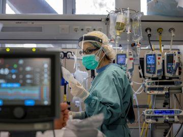Imagen de archivo de una sanitaria en una UCI