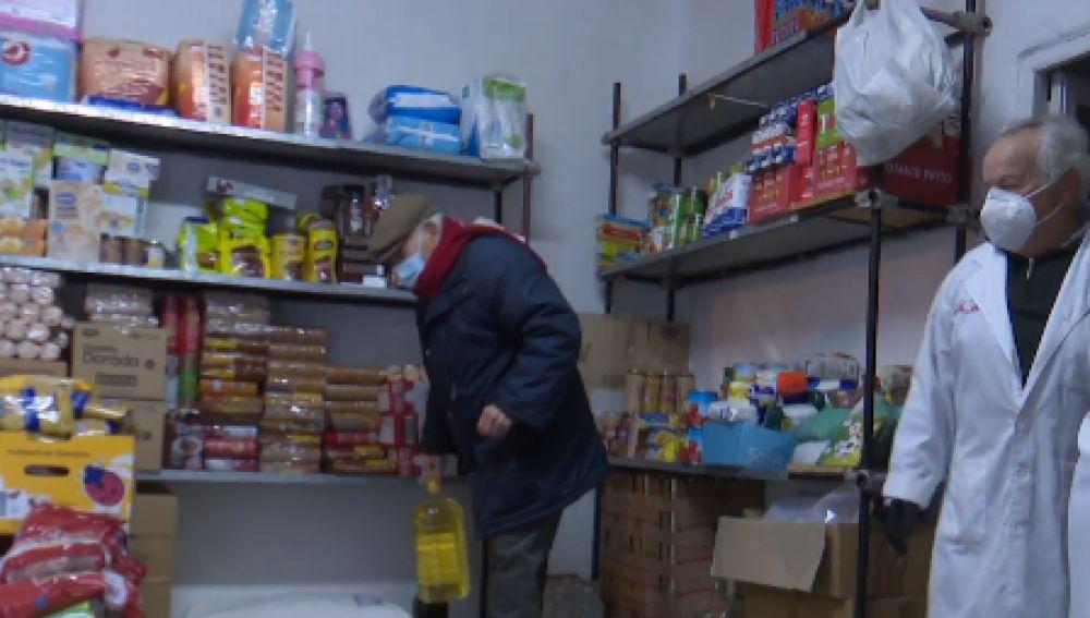 La pandemia del coronavirus obliga a Cipriano, de 86 años, a repartir comida todos los días entre los más necesitados