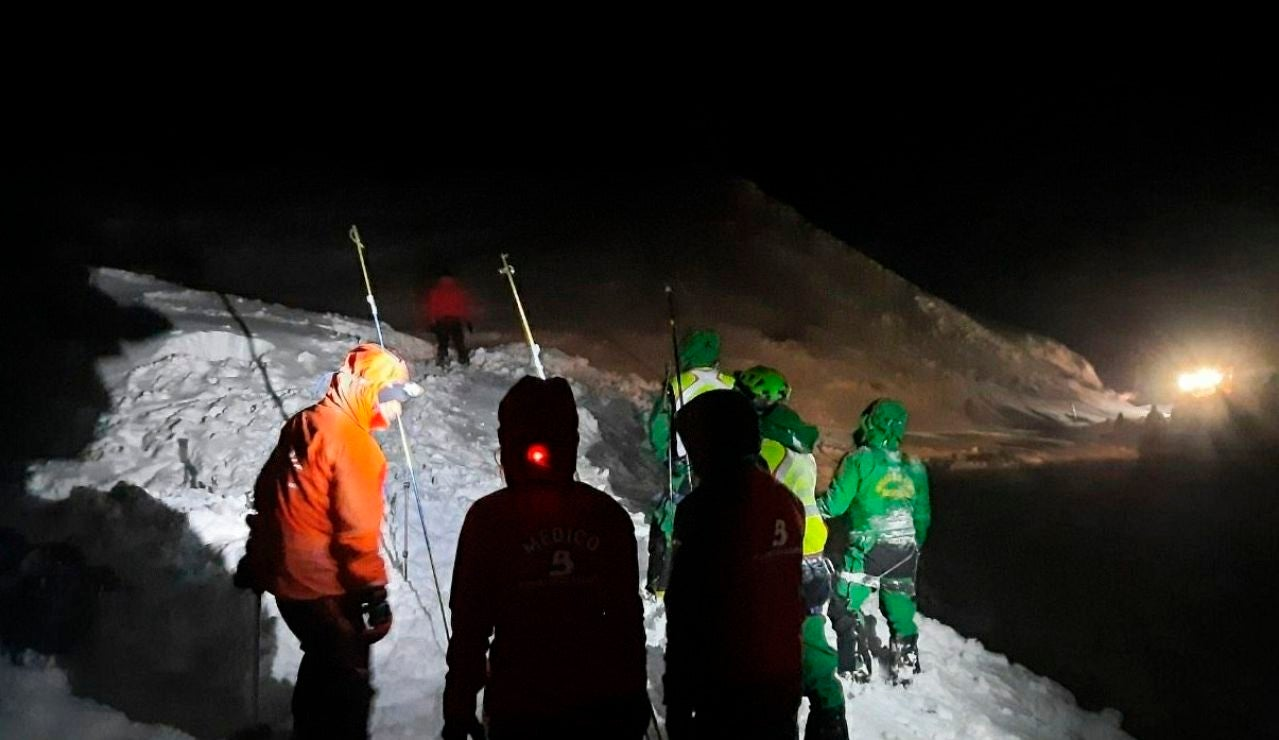 Miembros de la Guardia Civil y del Servicio de Emergencias del Principado (SEPA) durante la búsqueda de los dos operarios desaparecidos en la carretera del puerto de San Isidro después de que la máquina quitanieves con la que trabajaban fuera sepultada por un alud de nieve