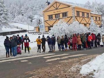 Navacerrada amanece completamente colapsada un día después de que 350 personas tuvieran que ser evacuadas