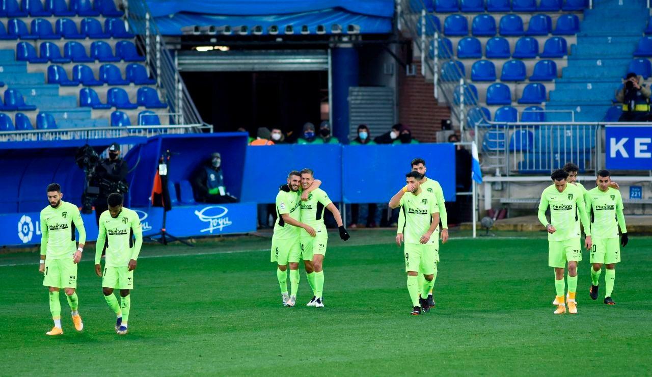 Los jugadores del Atlético celebran el gol al Alavés
