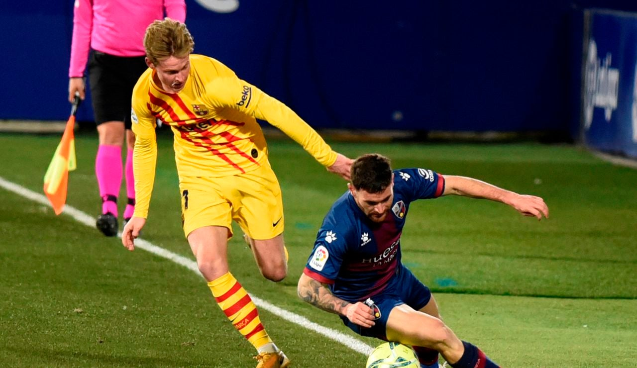 De Jong disputa un balón ante el Huesca