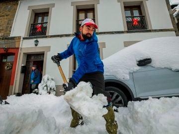 Vecinos de la localidad asturiana de Pajares retiran la nieve de los caminos, este sábado. EFE