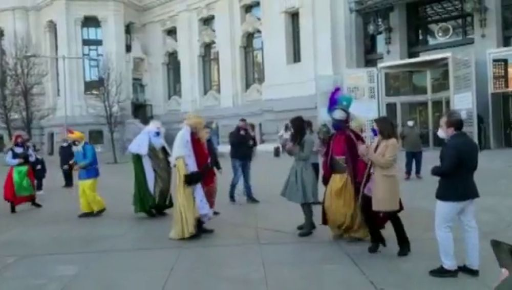 El divertido baile de Almeida, Levy y Villacís con los Reyes Magos