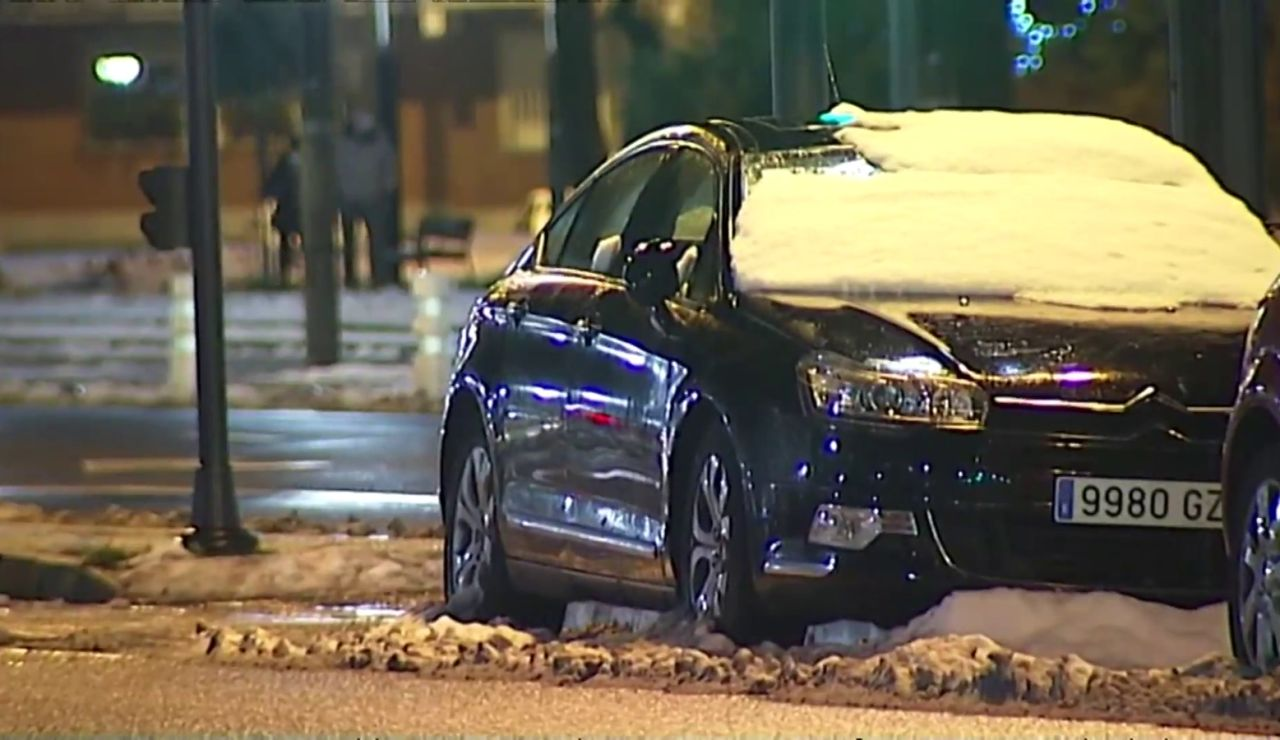 Coches cubiertos de nieve y carreteras cortadas al tráfico en Logroño