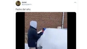 ¿Padre del año o irresponsable? Un hombre utiliza a su hijo para quitar la nieve de su coche