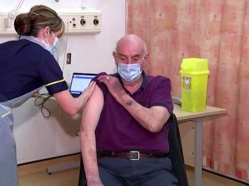 laSexta Noticias 14:00 (04-01-21) Un hombre de 82 años de Reino Unido, primera persona en recibir la vacuna de AstraZeneca y Oxford