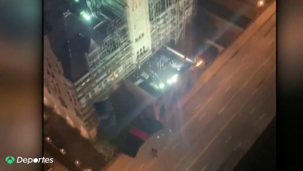 El peligroso salto de dos paracaidistas desde un ático