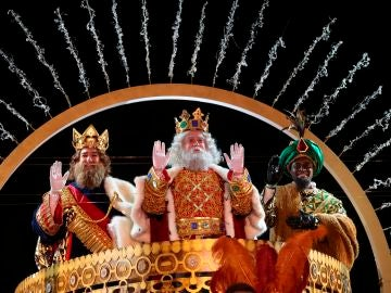 Los Reyes Magos de Oriente saludan este martes a su llegada a Madrid.