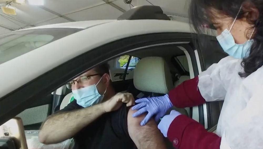 Israel vacuna desde el coche contra el coronavirus