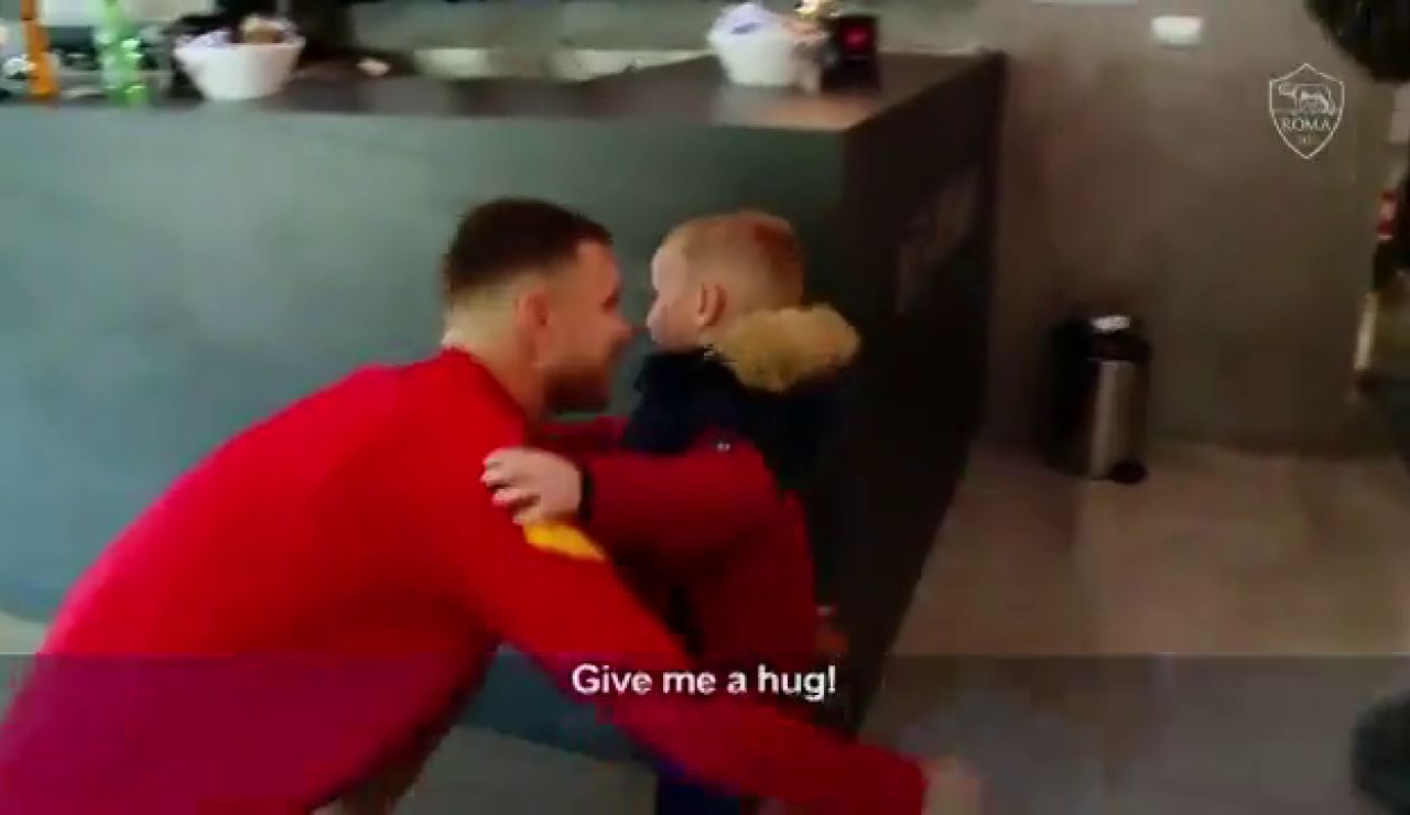 La sorpresa de Dzeko al niño que rompió a llorar cuando le regalaron su camiseta por Navidad
