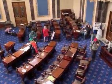 Asalto en el Capitolio de los Estados Unidos: Mike Pence y Nancy Pelocy, desalojados del Capitolio de los Estados Unidos y llevados a un lugar secreto otros representantes políticos muestran su preocupación ante el asalto al Congreso de los Estados Unidos