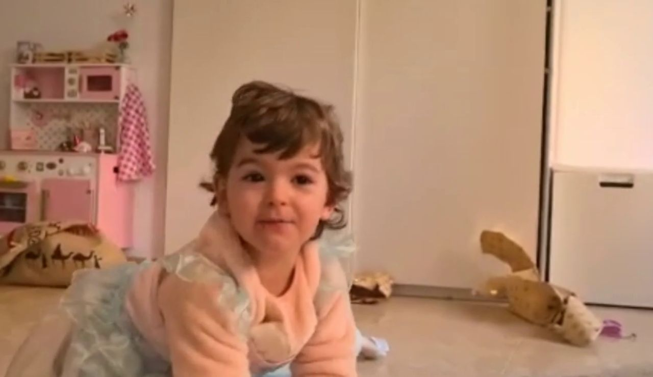 Vídeo: La contagiosa alegría de Vera, de dos años, tras ver sus regalos de Reyes