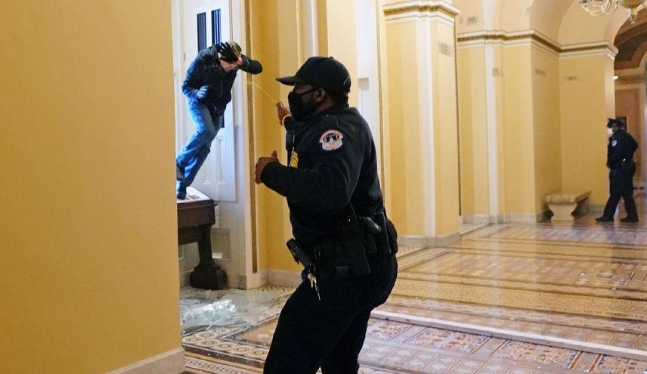 Un policía se defiende del asalto al Capitolio de Estados Unidos