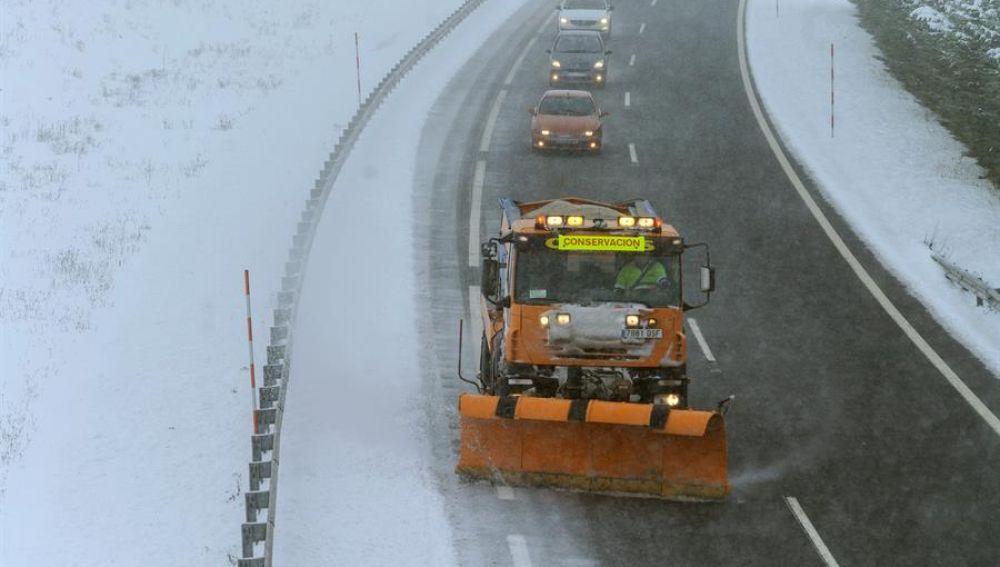 Una máquina quitanieves despeja la carretera ante la nueva nevada