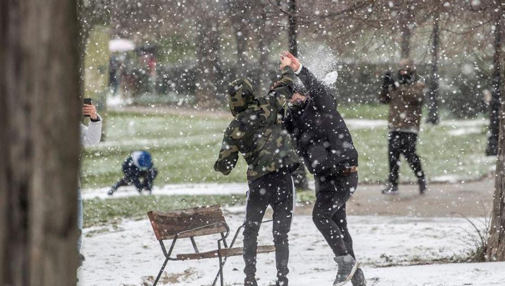 La nieve en la Comunidad de Madrid y la caída de los primeros copos en la capital complica la movilidad en algunas carreteras de la región