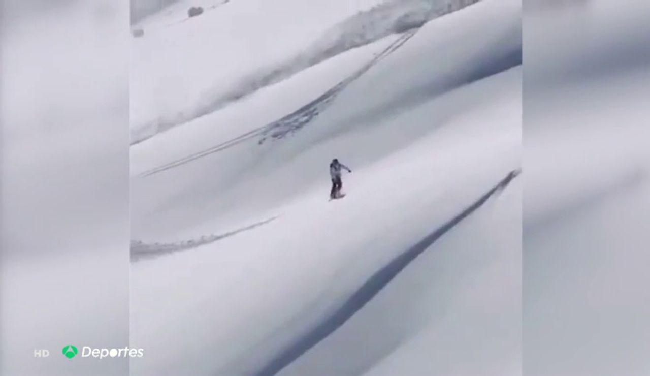 La destreza con la que un hombre esquivó una avalancha con la ayuda de su tabla de snowboard
