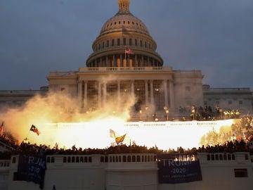 Una explosión causada por una munición policial mientras partidarios del presidente de los Estados Unidos, Donald Trump, se reúnen frente al edificio del Capitolio de los Estados Unidos en Washington, Estados Unidos, el 6 de enero de 2021.