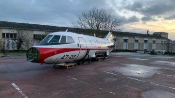 Curiosidades: Un avión Falcon en un patio de un centro educativo de Formación Profesional de Lugo