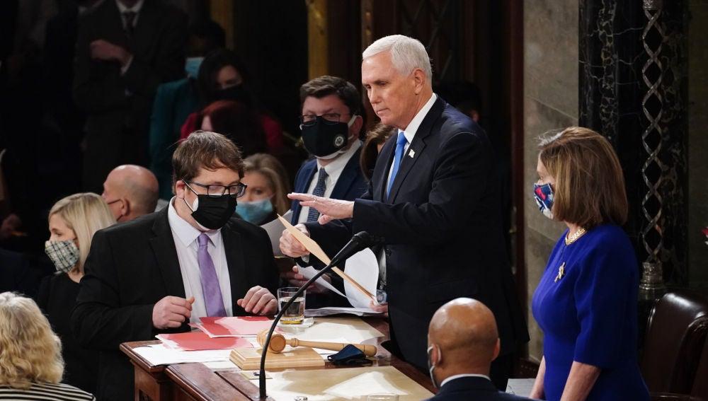 El vicepresidente de Estados Unidos Mike Pence reanuda la sesión para ratificar la elección de Joe Biden como presidente