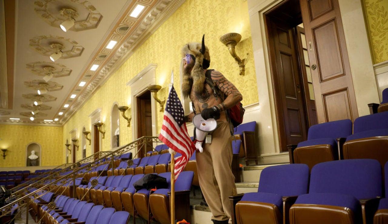 Un seguidor de Donald Trump en el edificio del Capitolio