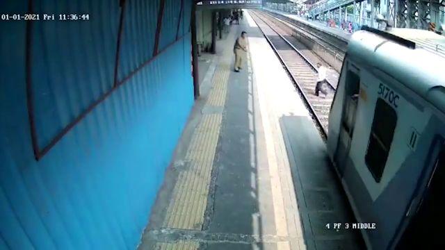 Impactantes imágenes: Un hombre escapa de ser atropellado por un tren en el el último segundo