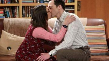 Sheldon y Amy besándose