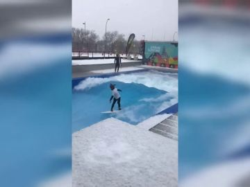 Surfear una gran ola en Madrid bajo la nieve del temporal Filomena