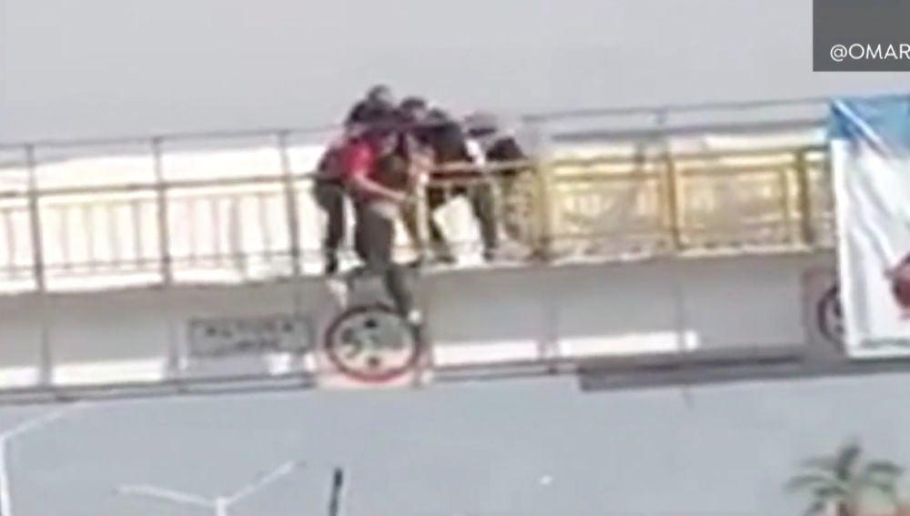 La mujer en su intento de saltar al vacío