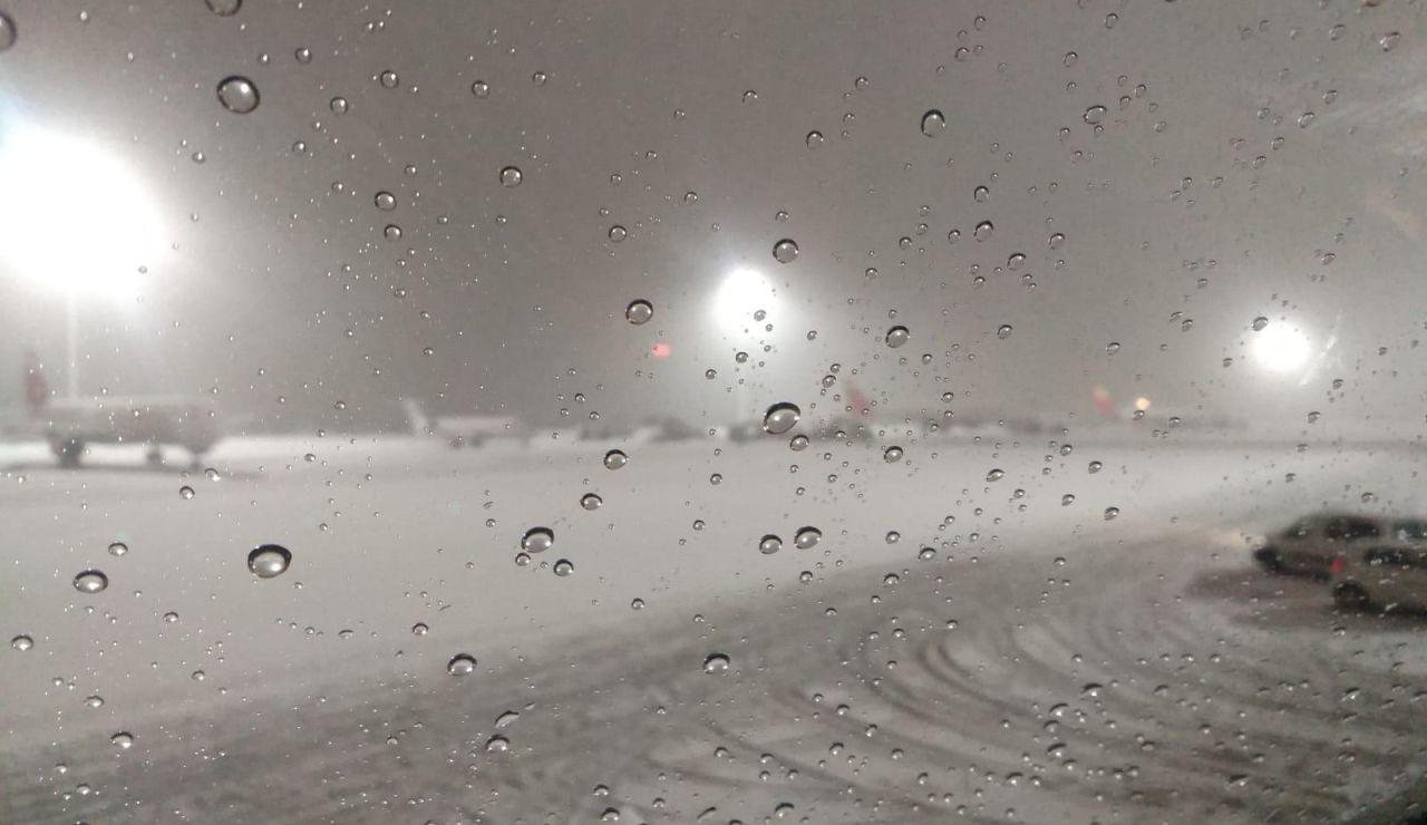 El temporal de nieve anega el aeropuerto de Barajas