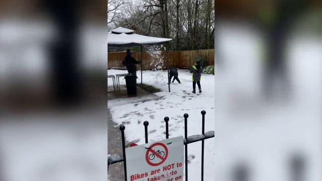 Quiso gastarle una broma a sus hijos con la nieve, pero le salió terriblemente mal