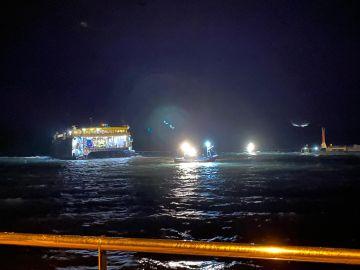 Se complica el rescate de un ferry encallado a pocos metros del puerto canario de Agaete debido al temporal de Filomena
