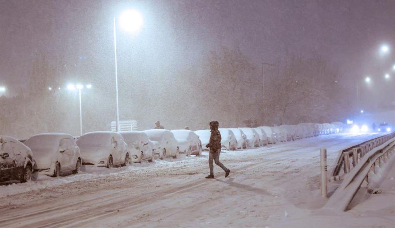 Media España bajo la nieve del temporal Filomena y Madrid recurre a la UME ante el caos