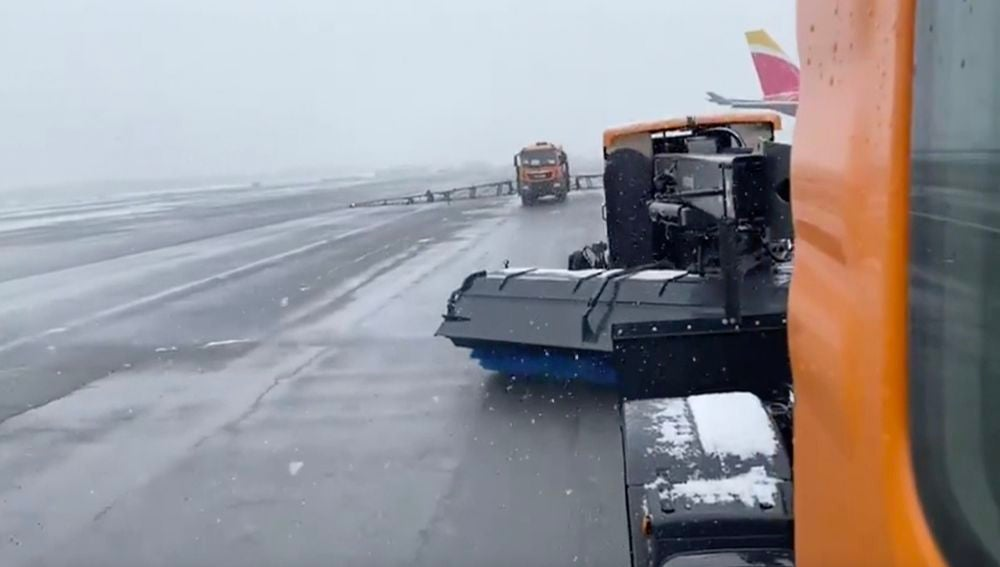 Cientos de pasajeros atrapados en Barajas por la intensa nevada