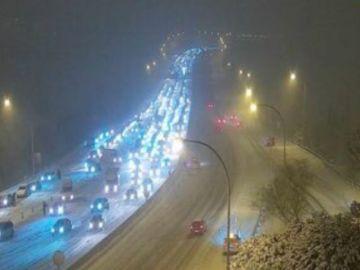 A3 Noticias 2 (08-01-21) La nieve de 'Filomena' complica la circulación en Madrid y deja cortadas la M-30 y la M-40