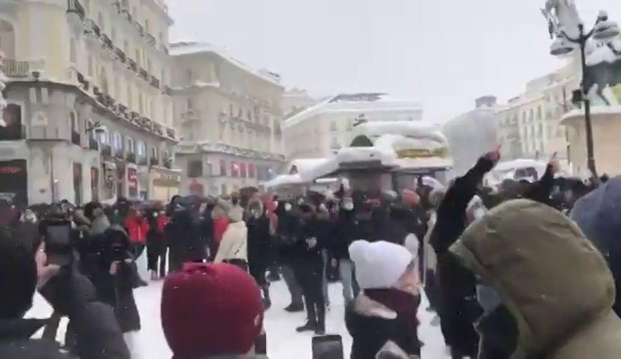 'Rave' improvisada al ritmo de 'a quién le importa' en la Puerta del Sol de Madrid en pleno temporal Filomena
