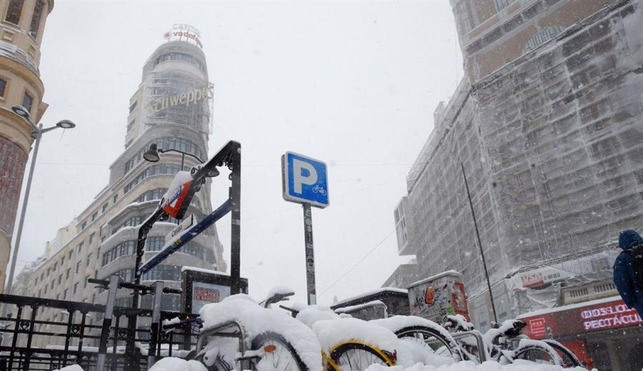 La Gran Vía de Madrid cubierta por la nieve