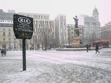 Vista de la Plaza de España de Zaragoza cubierta de nieve