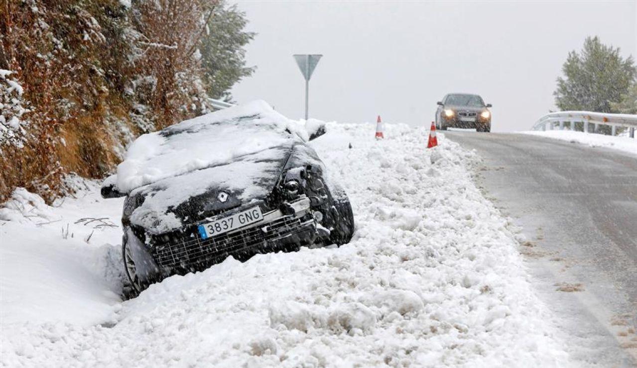 La acumulación de nieve ha provocado que este coche se salga de la carretera en Cataluña