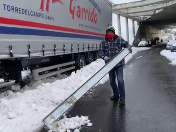 Más de 40 Vehiculos siguen tirados en la salida a la M-607 de la M-40 de Madrid