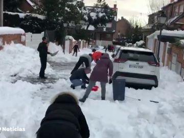 Vecinos de Madrid se organizan para quitar la capa de nieve acumulada en la calle